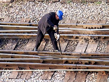 This rail worker faces many dangers every day. If you have been injured while working for a railroad company, call a Tyler FELA attorney now.